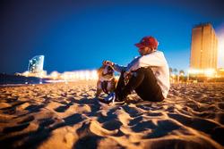 Lewis Hamilton, Mercedes-Benz F1 con Roscoe en la playa