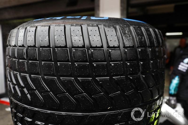 Un neumático mojado Pirelli
