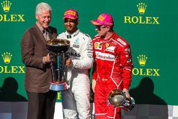 Ganador, Lewis Hamilton, Mercedes AMG F1 celebra con el ex presidente de Estados Unidos Bill Clinton, segundo, Sebastian Vettel, Ferrari, tercero, Kimi Raikkonen, Ferrari