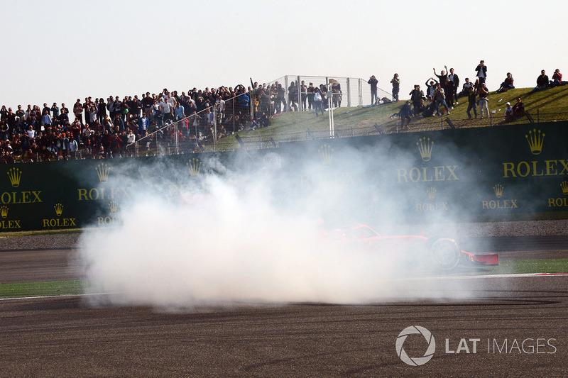 Polvareda tras el contacto entre Sebastian Vettel, Ferrari SF71H y Max Verstappen, Red Bull Racing RB14