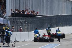 Lewis Hamilton, McLaren Mercedes MP4/23 y Kimi Raikkonen, Ferrari F2008 accidente al final de la calle de boxes