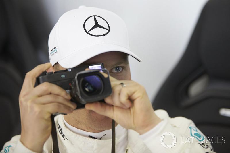 Valtteri Bottas, Mercedes AMG F1, toma una foto