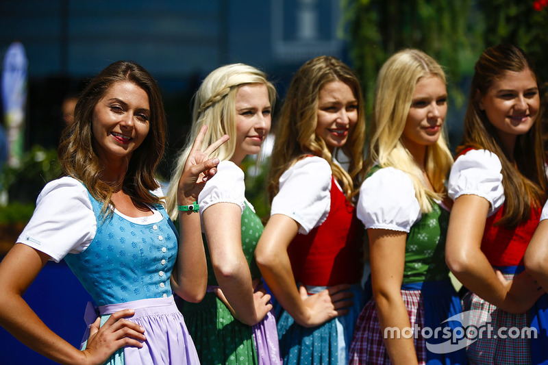 Las chicas austriacas en dirndls hacen una pose