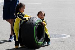 Юні уболівальники Renault Sport F1 Team fта шини Pirelli