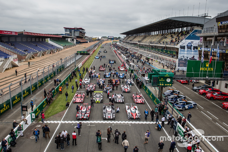 La sesión de fotos tradicional de los coches de Le Mans: instalación