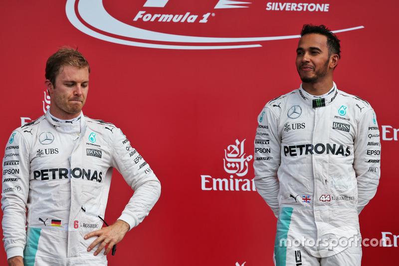 (Da sx a dx): Nico Rosberg, Mercedes AMG F1 sul podio con il compagno di squadra Lewis Hamilton, Mercedes AMG F1