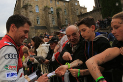 #8 Audi Sport Team Joest Audi R18: Loic Duval signs autographs for the fans