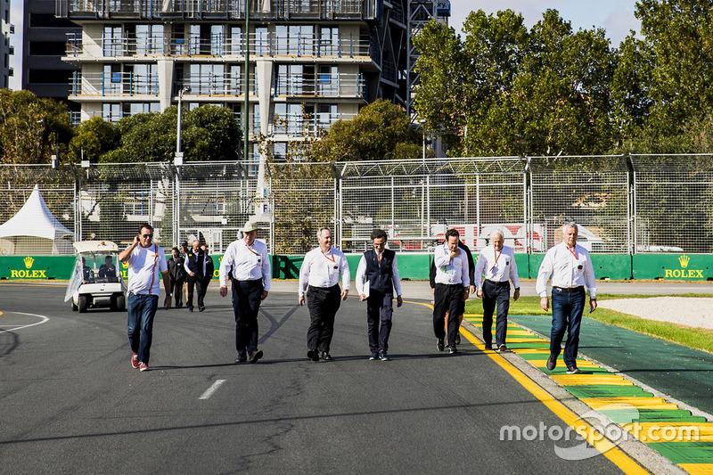 Delegados de la FIA caminan por la pista, incluyendo, steward Derek Warwick, Charlie Whiting, Director de la carrera, FIA y Laurent Mekies, Subdirector de carrera de la F1 de FIA