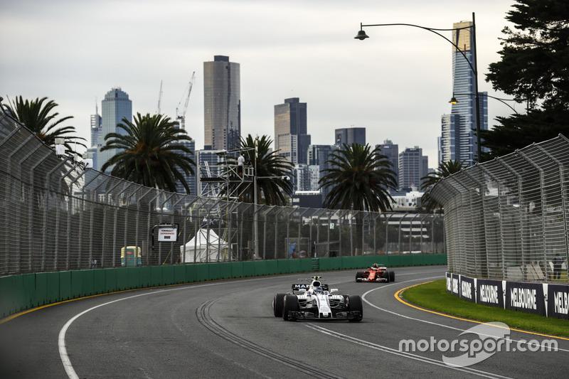 Lance Stroll, Williams FW40; Kimi Räikkönen, Ferrari SF70H