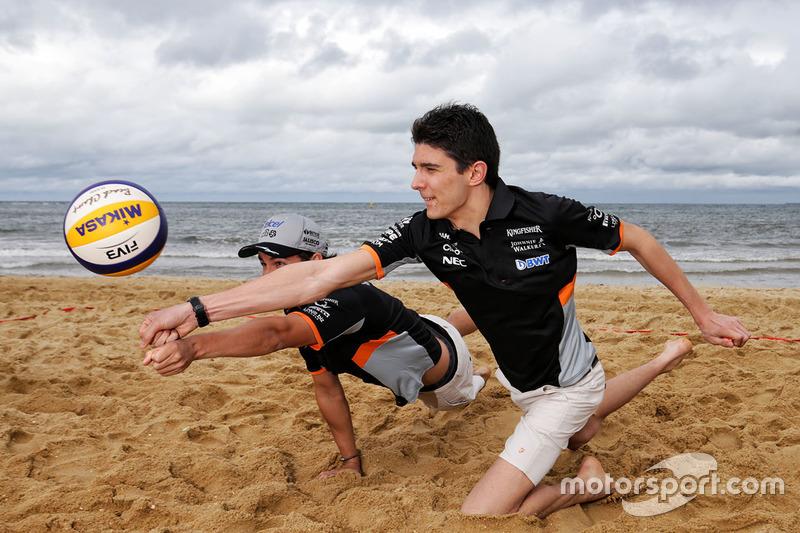 Sergio Pérez, Sahara Force India F1 y Esteban Ocon, Sahara Force India F1 juegan voleibol en la playa de Brighton