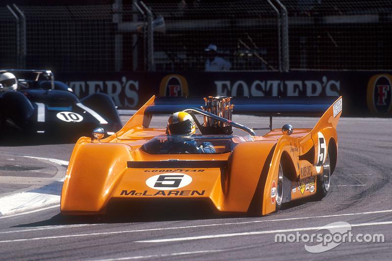 1971 coche de McLaren M8F Can-Am en una carrera de apoyo