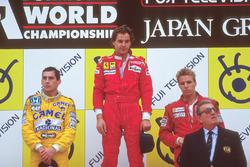 Подиум: победитель Герхард Бергер, Ferrari, второй Айртон Сенна, Team Lotus, третий Стефан Йоханссон, McLaren, Жан-Мари Балестр, президент FIA