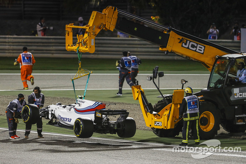 Marshals remove the car of Lance Stroll, Williams FW40