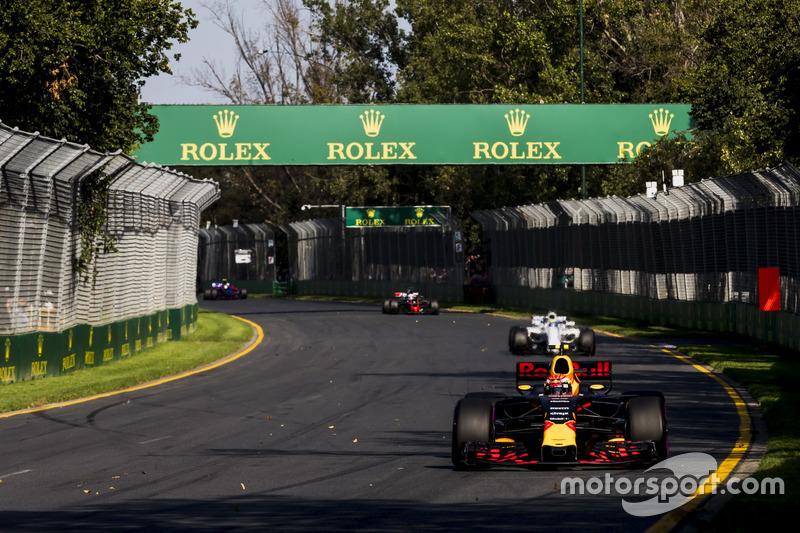 Max Verstappen, Red Bull Racing RB13 y Felipe Massa, Williams FW40