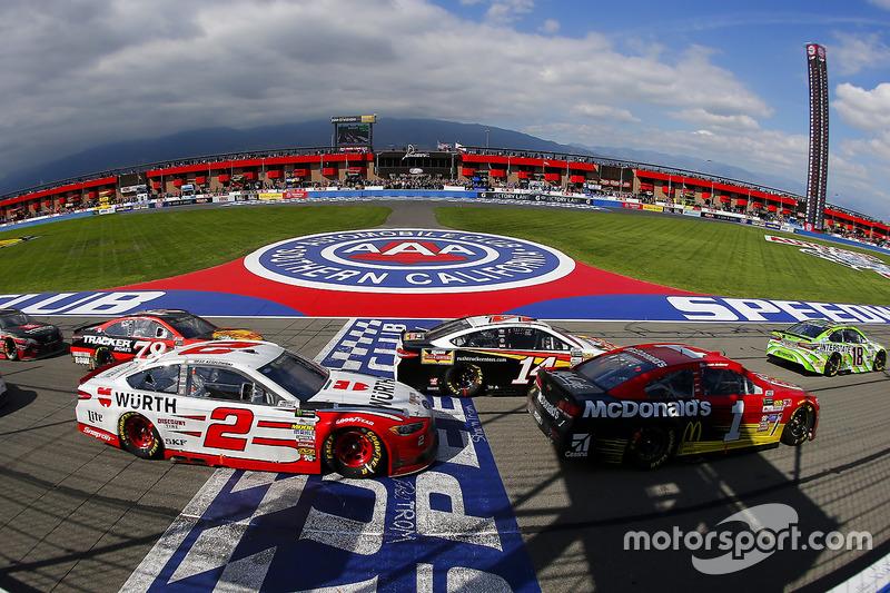 Clint Bowyer, Stewart-Haas Racing, Ford; Jamie McMurray, Chip Ganassi Racing, Chevrolet; Brad Keselo