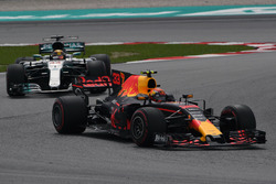 Max Verstappen, Red Bull Racing RB13 ve Lewis Hamilton, Mercedes-Benz F1 W08