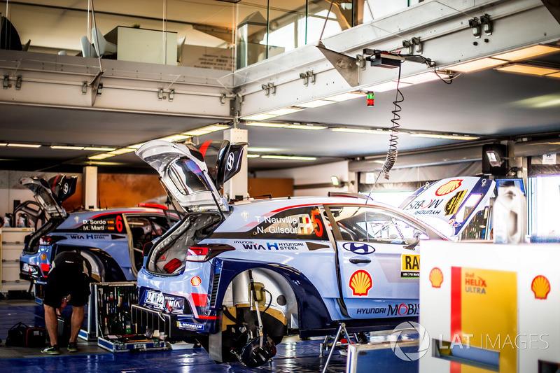 El coche de Thierry Neuville, Nicolas Gilsoul, Hyundai i20 WRC, Hyundai Motorsport y Dani Sordo, Marc Marti, Hyundai i20 WRC, Hyundai Motorsport