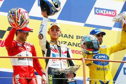 Podio: ganador de la carrera Valentino Rossi, segundo lugar Loris Capirossi y tercer lugar Max Biaggi