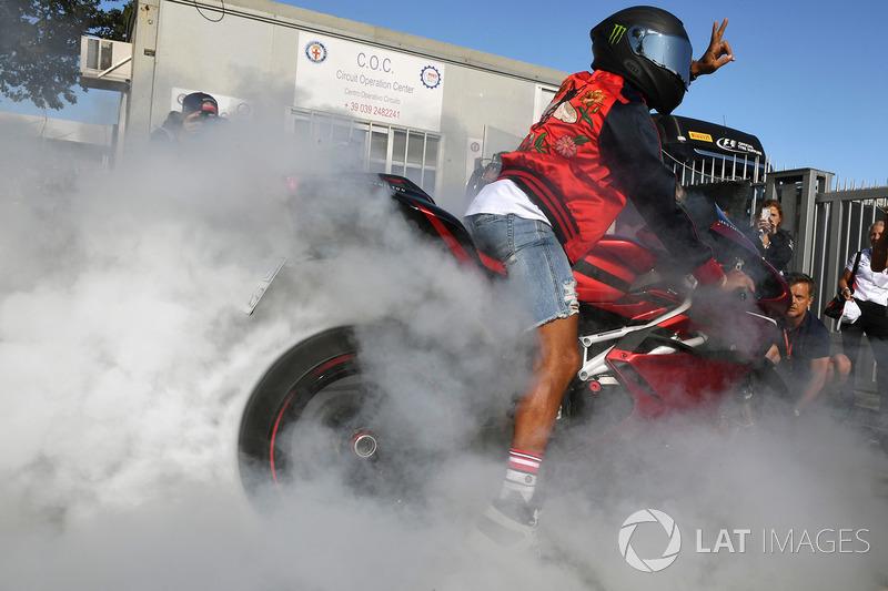 Lewis Hamilton, Mercedes AMG F1 melakukan atraksi burnout