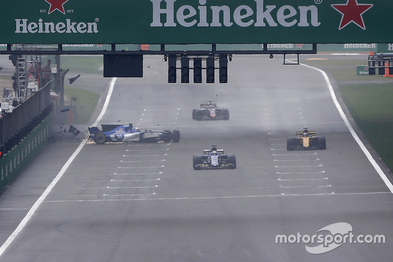 Antonio Giovinazzi, Sauber C36, crashes out