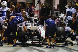 Felipe Massa, Williams FW40, en pits con una rueda trasera dañada