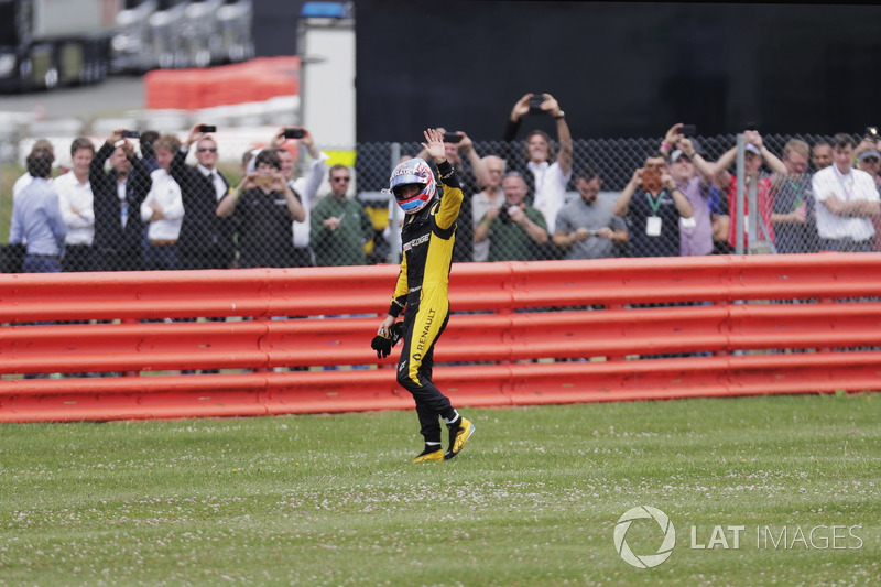 Jolyon Palmer, Renault Sport F1 Team, saluta i suoi tifosi dopo il ritiro