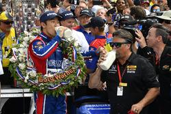 Takuma Sato, Michael Andretti dueño de Andretti Autosport team celebra el triunfo en Victory Lane con leche