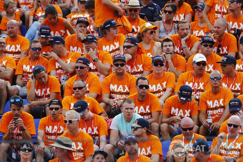 Трибуна, сповнена розчарованими уболівальниками Макса Ферстаппена, Red Bull Racing