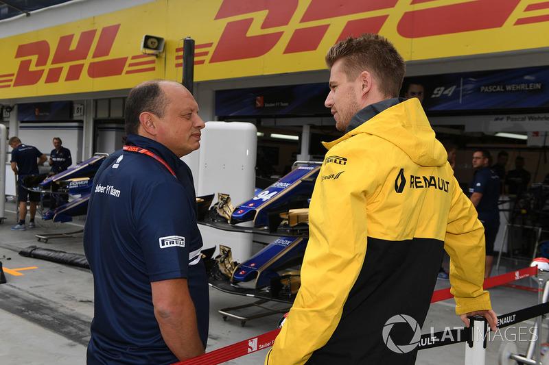 Nico Hulkenberg, Renault Sport F1 Team RS17 con Frederic Vasseur, Renault Sport F1 Team RS17 Director de carrera