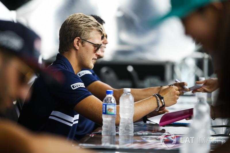 Маркус Ерікссон, Sauber, роздає автографи