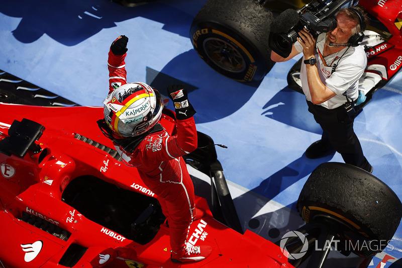 Переможець гонки Себастьян Феттель, Ferrari, святкує перемогу в закритому парку