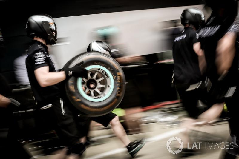 Механіки Mercedes AMG F1 із шинами Pirelli