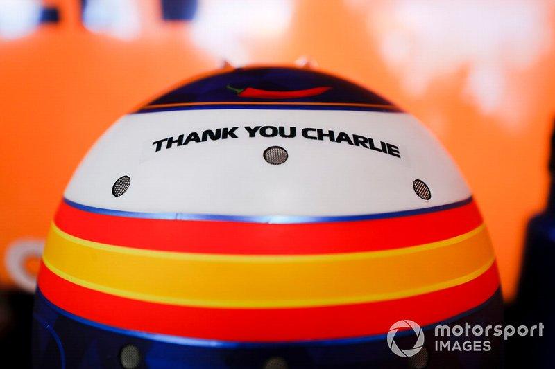 Carlos Sainz homenajea a Charlie Whiting en su casco
