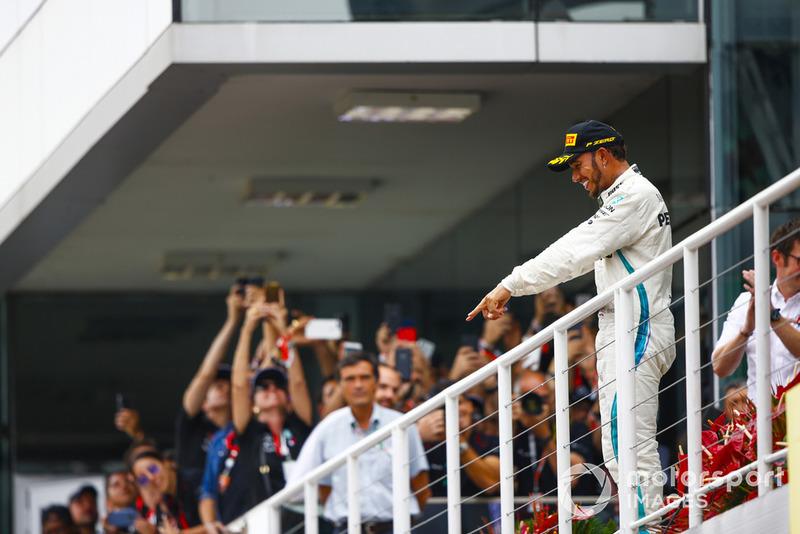 Lewis Hamilton, Mercedes AMG F1, festeggia la vittoria sul podio