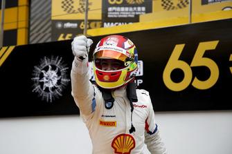 Il vincitore della gara #42 BMW Team Schnitzer BMW M6 GT3: Augusto Farfus