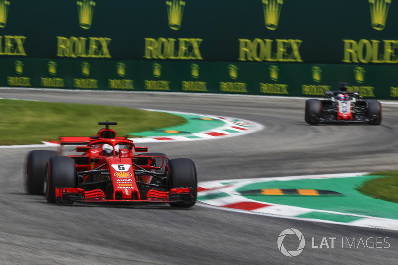 Sebastian Vettel, Ferrari SF71H ve Romain Grosjean, Haas F1 Team VF-18