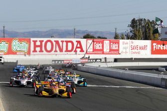 Ryan Hunter-Reay, Andretti Autosport Honda leads at the start