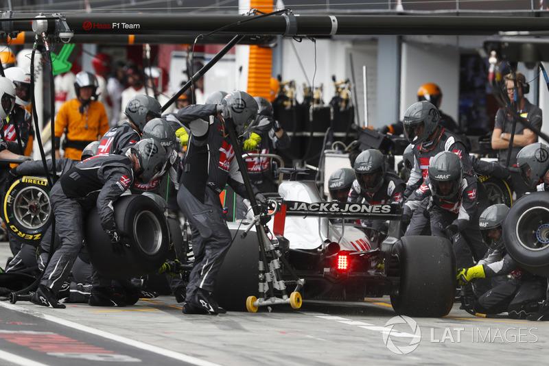 Romain Grosjean, Haas F1 Team VF-18 Ferrari, au stand
