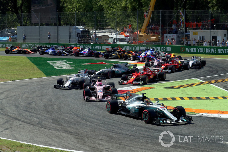 O grid era embaralhado para o começo da prova: Hamilton partia em primeiro, com Lance Stroll completando a primeira fila. Vettel era apenas o sexto.