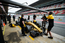 Nico Hulkenberg, Renault Sport F1 Team RS17 in the pits
