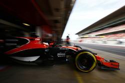 Stoffel Vandoorne, McLaren MCL32, sort de son garage