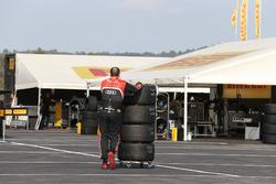 Miembro del equipo Belgian Audi Club Team WRT en el paddock