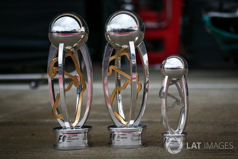 Los trofeos de ganador de la carrera Lewis Hamilton, Mercedes AMG F1
