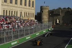 Нико Хюлькенберг, Renault Sport F1 RS17, и Кевин Магнуссен, Haas F1 Team VF-17