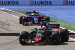 Кевин Магнуссен, Haas F1 VF-17, Карлос Сайнс-мл., Scuderia Toro Rosso STR12