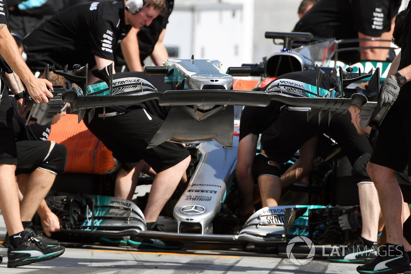 Mercedes-Benz F1 W08 front wing change