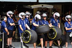 Mécaniciens Sahara Force India et pneus Pirelli