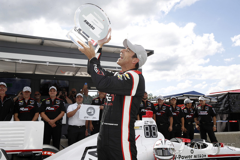 Ganador de la pole  Helio Castroneves, Team Penske Chevrolet celebra su pole position número 50