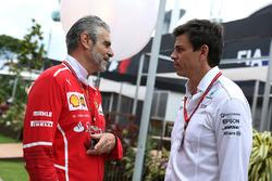 Maurizio Arrivabene, team principal Ferrari et Toto Wolff, directeur exécutif Mercedes AMG F1