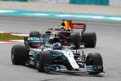 Valtteri Bottas, Mercedes AMG F1 W08, Daniel Ricciardo, Red Bull Racing RB13